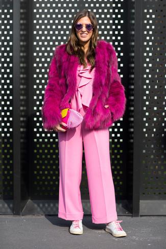 Cómo combinar: cartera sobre de cuero rosada, tenis de cuero blancos, mono rosado, abrigo de piel rosa