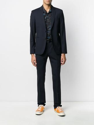 Cómo combinar: correa de cuero negra, tenis de lona naranjas, camisa de manga corta estampada negra, traje azul marino