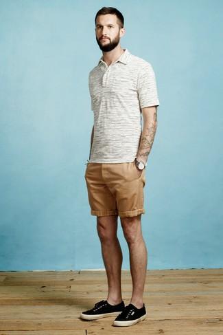 Cómo combinar: reloj de lona en gris oscuro, tenis de lona negros, pantalones cortos marrón claro, camisa polo de rayas horizontales blanca