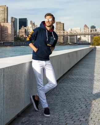 Cómo combinar: gafas de sol plateadas, tenis de ante negros, vaqueros blancos, sudadera con capucha estampada azul marino