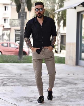 Cómo combinar: gafas de sol plateadas, tenis de cuero negros, vaqueros pitillo en beige, camisa de manga larga negra
