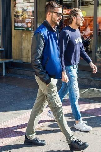 Combinar una chaqueta varsity azul: Opta por una chaqueta varsity azul y un pantalón cargo en verde menta para lidiar sin esfuerzo con lo que sea que te traiga el día. Tenis de cuero negros son una opción atractiva para completar este atuendo.