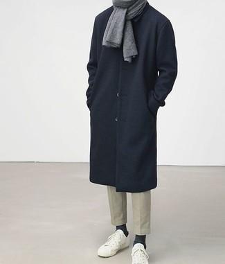 Combinar una bufanda: Un abrigo largo azul marino y una bufanda son una opción grandiosa para el fin de semana. Tenis blancos son una opción inigualable para completar este atuendo.