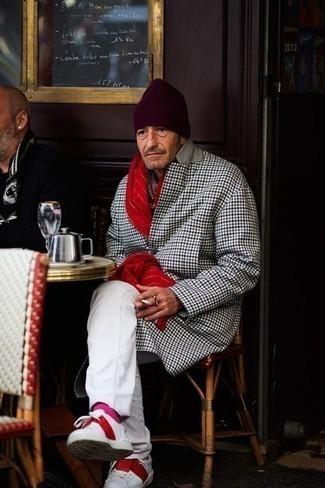 Combinar unos calcetines rosa: Para un atuendo tan cómodo como tu sillón considera ponerse un abrigo largo a cuadros en multicolor y unos calcetines rosa. ¿Te sientes valiente? Opta por un par de tenis de cuero en blanco y rojo.