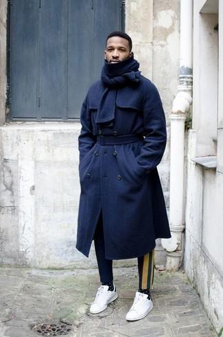 Combinar un pantalón chino estampado azul marino: Elige un abrigo largo azul marino y un pantalón chino estampado azul marino para crear un estilo informal elegante. Si no quieres vestir totalmente formal, haz tenis de cuero en blanco y negro tu calzado.