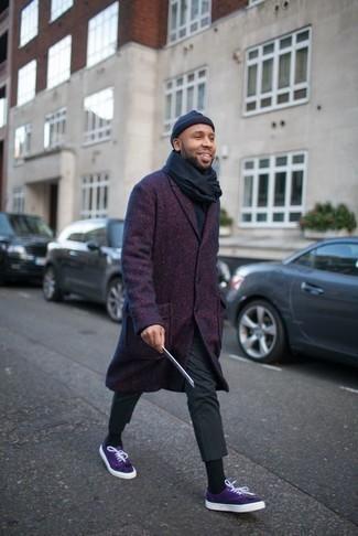 Combinar una bufanda azul marino: Utiliza un abrigo largo en violeta y una bufanda azul marino transmitirán una vibra libre y relajada. Tenis de lona en violeta son una opción grandiosa para complementar tu atuendo.