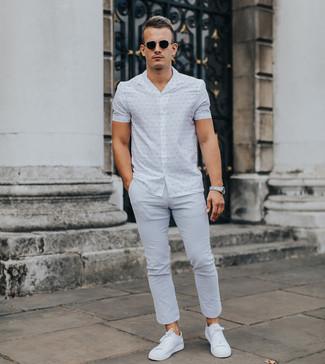 Cómo combinar: gafas de sol negras, tenis blancos, pantalón chino gris, camisa de manga corta estampada blanca