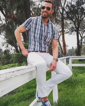 Cómo combinar: correa de cuero marrón, tenis de lona azul marino, pantalón chino blanco, camisa de manga corta de tartán azul
