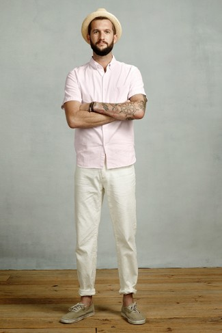 Cómo combinar: sombrero de paja marrón claro, tenis de lona verde oliva, pantalón chino blanco, camisa de manga corta rosada