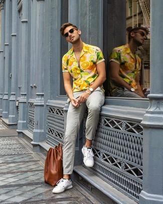 Cómo combinar: bolsa tote de cuero marrón, tenis blancos, pantalón chino gris, camisa de manga corta estampada naranja