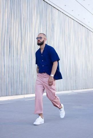 Combinar una camisa de manga corta azul: Equípate una camisa de manga corta azul junto a un pantalón chino rosado para un almuerzo en domingo con amigos. Tenis de cuero blancos son una opción atractiva para complementar tu atuendo.