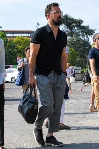 Combinar un pantalón chino gris: Empareja una camisa de manga corta negra con un pantalón chino gris para una apariencia fácil de vestir para todos los días. Tenis de lona negros son una opción grandiosa para completar este atuendo.