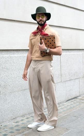 Outfits hombres: Empareja una camisa de manga corta marrón claro con un pantalón chino en beige para cualquier sorpresa que haya en el día. Tenis de lona blancos son una opción buena para complementar tu atuendo.