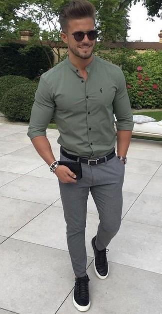 Cómo combinar: correa de cuero negra, tenis de cuero negros, pantalón chino de lana gris, camisa de manga larga verde oliva