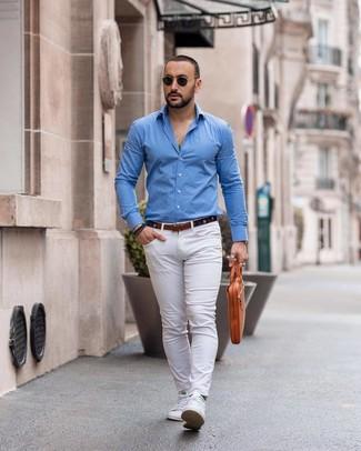 Cómo combinar: portafolio de cuero marrón claro, tenis blancos, pantalón chino blanco, camisa de manga larga azul