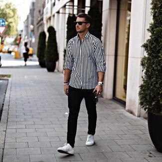 Cómo combinar: gafas de sol negras, tenis de cuero blancos, pantalón chino negro, camisa de manga larga de rayas verticales en blanco y negro