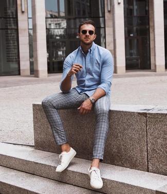 Cómo combinar: gafas de sol negras, tenis de cuero blancos, pantalón chino de tartán gris, camisa de manga larga celeste