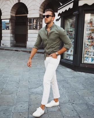 Cómo combinar: correa de cuero negra, tenis blancos, pantalón chino blanco, camisa de manga larga verde oliva