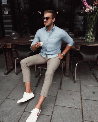 Cómo combinar: gafas de sol negras, tenis de cuero blancos, pantalón chino a cuadros en beige, camisa de manga larga celeste