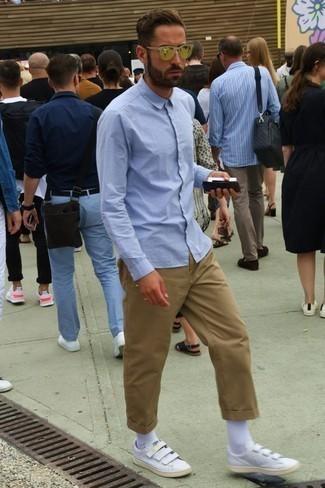 Combinar unos calcetines blancos: Considera emparejar una camisa de manga larga celeste con unos calcetines blancos para un look agradable de fin de semana. Opta por un par de tenis de cuero blancos para mostrar tu inteligencia sartorial.