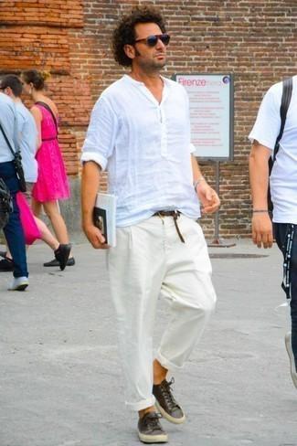 Combinar unos tenis de cuero en marrón oscuro: Utiliza una camisa de manga larga de lino blanca y un pantalón chino blanco para un look diario sin parecer demasiado arreglada. Tenis de cuero en marrón oscuro darán un toque desenfadado al conjunto.
