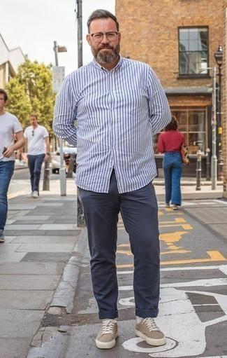 Combinar una camisa de manga larga de rayas verticales en blanco y azul: Equípate una camisa de manga larga de rayas verticales en blanco y azul junto a un pantalón chino azul marino para un almuerzo en domingo con amigos. Tenis de lona marrón claro son una opción buena para completar este atuendo.