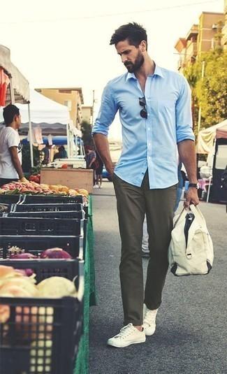 Combinar unos tenis de lona en beige: Empareja una camisa de manga larga celeste junto a un pantalón chino verde oliva para conseguir una apariencia relajada pero elegante. ¿Quieres elegir un zapato informal? Usa un par de tenis de lona en beige para el día.