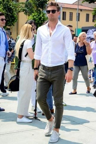 Combinar unos tenis de ante grises: Elige una camisa de manga larga blanca y un pantalón chino verde oliva para una vestimenta cómoda que queda muy bien junta. Tenis de ante grises contrastarán muy bien con el resto del conjunto.