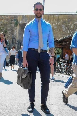 Combinar unos tenis de lona negros: Si buscas un estilo adecuado y a la moda, elige una camisa de vestir de cambray celeste y un pantalón chino azul marino. ¿Quieres elegir un zapato informal? Opta por un par de tenis de lona negros para el día.
