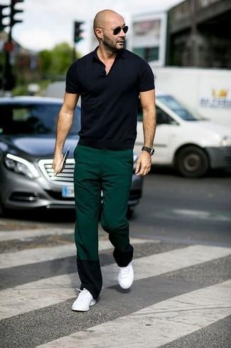 Cómo combinar: gafas de sol negras, tenis blancos, pantalón chino verde oscuro, camisa polo negra