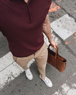 Cómo combinar: portafolio de cuero marrón, tenis blancos, pantalón chino en beige, camisa polo burdeos