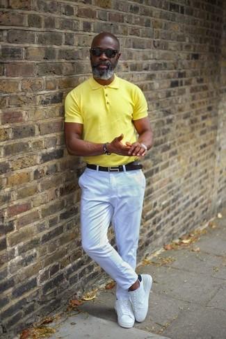 Cómo combinar: correa de cuero negra, tenis de cuero blancos, pantalón chino blanco, camisa polo amarilla