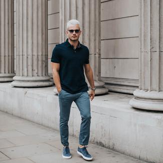 Cómo combinar: gafas de sol negras, tenis de ante azules, pantalón chino azul, camisa polo negra