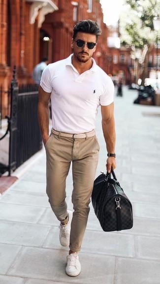 Cómo combinar: bolsa de viaje de cuero negra, tenis blancos, pantalón chino en beige, camisa polo blanca