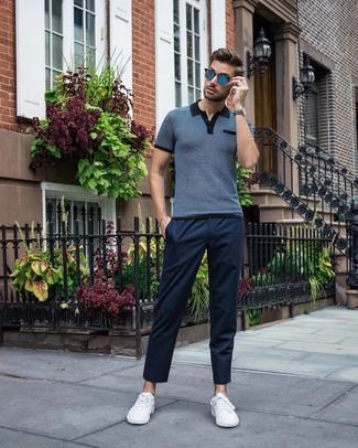 Cómo combinar: gafas de sol azules, tenis blancos, pantalón chino azul marino, camisa polo azul marino