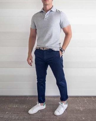 Combinar unos tenis de cuero en blanco y verde para hombres de 30 años: Utiliza una camisa polo gris y un pantalón chino azul marino para conseguir una apariencia relajada pero elegante. Tenis de cuero en blanco y verde son una opción grandiosa para completar este atuendo.