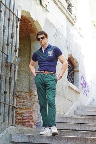Combinar unos tenis de lona blancos: Elige una camisa polo estampada azul marino y un pantalón chino verde oscuro para un almuerzo en domingo con amigos. Tenis de lona blancos son una sencilla forma de complementar tu atuendo.