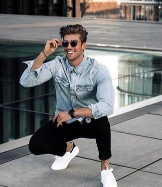 Combinar una camisa vaquera celeste: Usa una camisa vaquera celeste y un pantalón chino negro para cualquier sorpresa que haya en el día. Tenis de lona en blanco y negro son una opción perfecta para completar este atuendo.