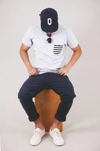 Cómo combinar: gorra de béisbol estampada en azul marino y blanco, tenis blancos, pantalón chino azul marino, camiseta con cuello circular gris