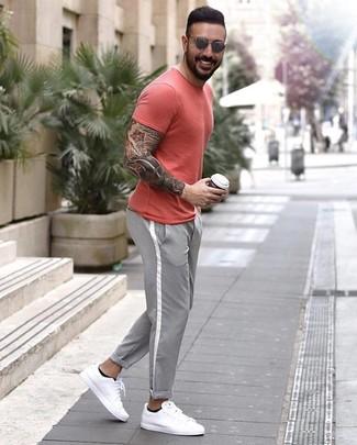 Look de moda: Gafas de sol grises, Tenis de cuero blancos, Pantalón chino gris, Camiseta con cuello circular roja