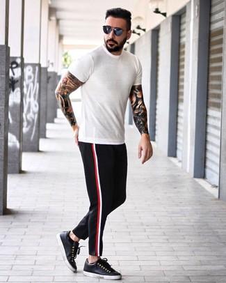 Cómo combinar: gafas de sol azul marino, tenis de cuero negros, pantalón chino negro, camiseta con cuello circular blanca