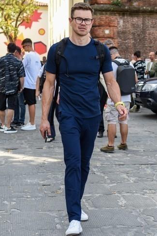 Combinar una camiseta con cuello circular azul marino: Para crear una apariencia para un almuerzo con amigos en el fin de semana elige una camiseta con cuello circular azul marino y un pantalón chino azul marino. Tenis blancos son una opción atractiva para complementar tu atuendo.