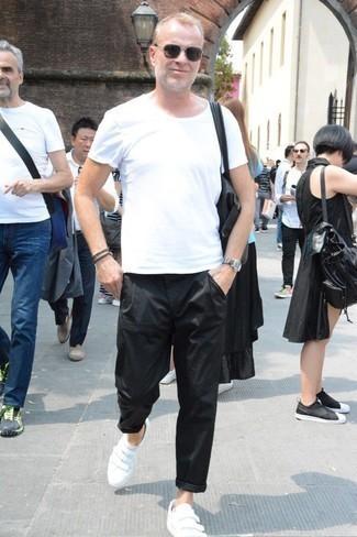 Combinar un reloj de cuero gris: Elige una camiseta con cuello circular blanca y un reloj de cuero gris para un look agradable de fin de semana. Dale un toque de elegancia a tu atuendo con un par de tenis de cuero blancos.