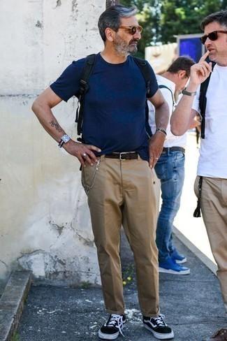 Combinar unas gafas de sol marrón claro: Considera emparejar una camiseta con cuello circular azul marino con unas gafas de sol marrón claro para un look agradable de fin de semana. Agrega tenis en negro y blanco a tu apariencia para un mejor estilo al instante.