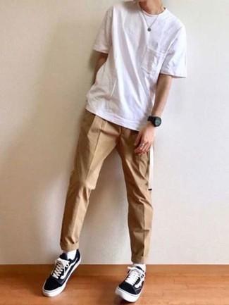 Outfits hombres: Considera emparejar una camiseta con cuello circular blanca junto a un pantalón chino marrón claro para una vestimenta cómoda que queda muy bien junta. Tenis de lona en negro y blanco son una opción grandiosa para complementar tu atuendo.