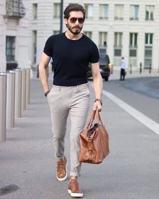 Combinar un bolso: Intenta ponerse una camiseta con cuello circular negra y un bolso para un look agradable de fin de semana. Tenis de cuero en tabaco son una forma sencilla de mejorar tu look.