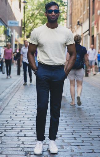 Combinar unas gafas de sol azul marino: Elige una camiseta con cuello circular blanca y unas gafas de sol azul marino transmitirán una vibra libre y relajada. Luce este conjunto con tenis de lona blancos.