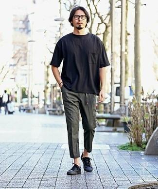 Combinar unos tenis de cuero negros: Empareja una camiseta con cuello circular negra con un pantalón chino en gris oscuro para una apariencia fácil de vestir para todos los días. Tenis de cuero negros son una opción inmejorable para completar este atuendo.