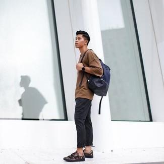 Combinar una mochila de lona azul marino: Una camiseta con cuello circular marrón claro y una mochila de lona azul marino son una opción inigualable para el fin de semana. ¿Te sientes valiente? Complementa tu atuendo con tenis de cuero en marrón oscuro.