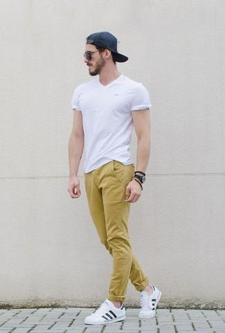 Combinar Un Pantalon Chino Amarillo Con Unos Tenis De Cuero Blancos Para Hombres De 30 Anos En Verano 2020 3 Looks Outfits Hombre Lookastic Mexico